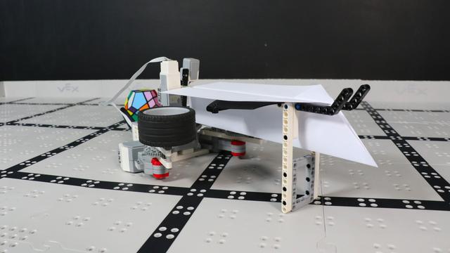 Image for How does Iknathir Aircraft Carrier robot from LEGO Mindstorms EV3 work?